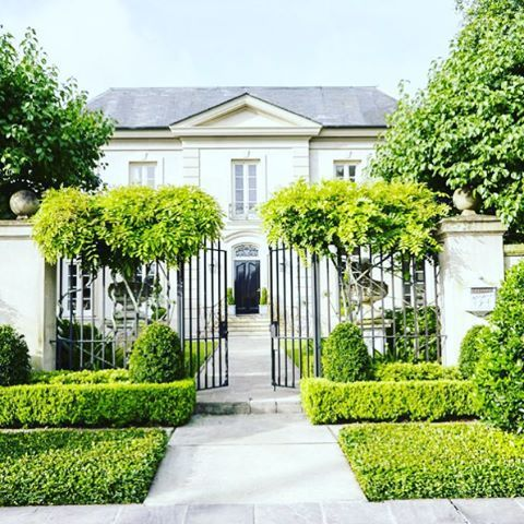 Sensational sidewalk appeal on the chic home of Tara Shaw in this months @verandamag. #neworleans #landscape #architecture #design #thepottedboxwood
