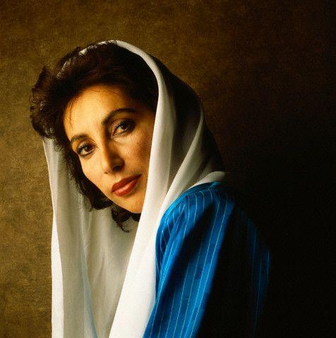 Benazir Bhutto 1953 - 2007 - política: Líder do Partido Popular de Paquistão (1953-2007), foi a primeira mulher que ocupou o cargo de premiê de um país muçulmano. Dirigiu o Paquistão em duas ocasiões. Foi assassinada em plena campanha política.