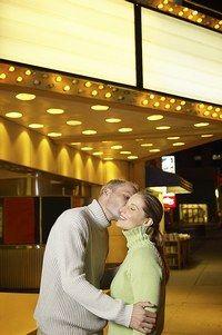 Usages culturels et France - Amour et  différences culturelles - Embrasser quelqu'un sur les joues lorsqu'on le rencontre est une coutume hexagonale. On l'oublie dans certains pays (notamment musulmans ou asiatiques), mais on n'hésite...