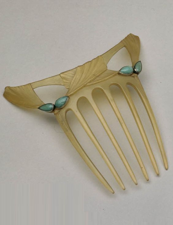 An Art Nouveau carved horn hair-comb, by Frederick Partridge, English, 1900-1914. Set with four drop-shaped green amazon stones, incised on the reverse. #Partridge #ArtNouveau #comb
