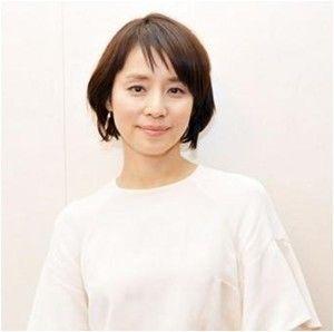 白いトップスの石田ゆり子