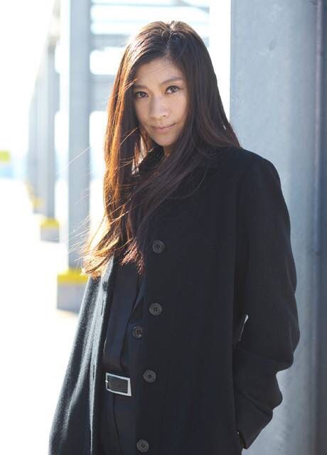 黒いコート姿の篠原涼子