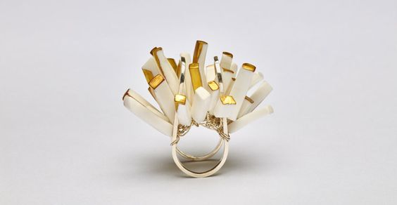 Zhou Yiyan Ring: Forest, 2016 Porcelain with matte gold paint, silver 950 Photo by: Martin Konrad: