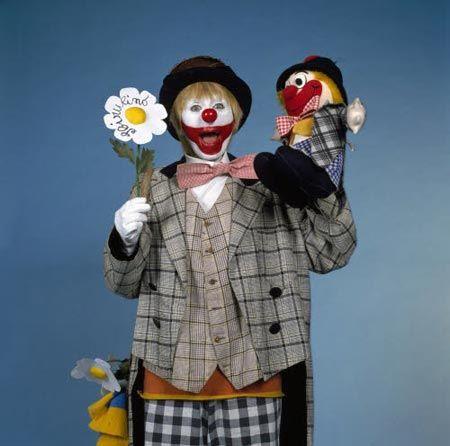 Sbirulino! Che personaggio !!! Credo che divertisse tutti i bambini del tempo niente oggi è paragonabile a questo incredibile clown inventato da Sandra Mondaini: