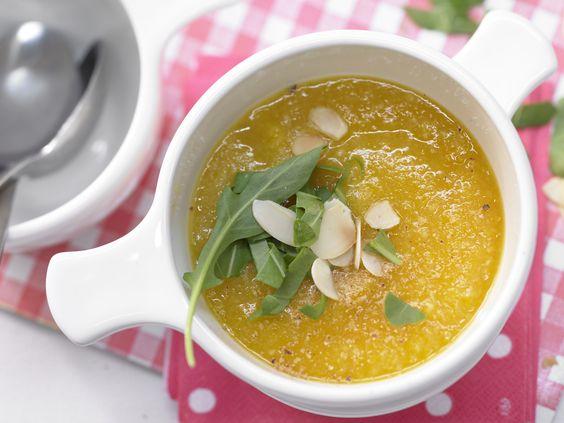 Möhrencremesuppe - mit Mandelblättchen - smarter - Kalorien: 99 Kcal - Zeit: 10 Min. | eatsmarter.de Genau das Richtige bei kalten Temperaturen.