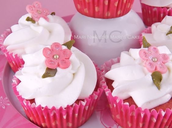 Strawberry Cupcakes and White Chocolate Frosting - Mari's Cakes (English)