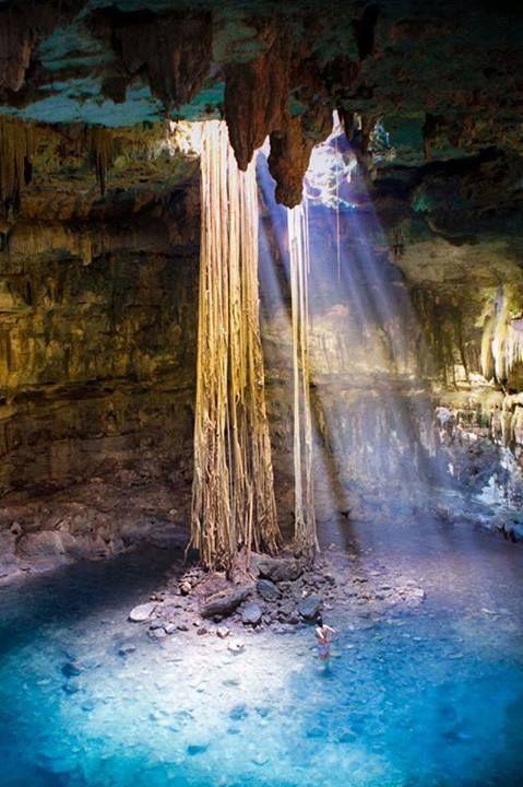 Un fascio di luce illumina la meravigliosa piscina sotterranea dello Yucatan, Mexico.