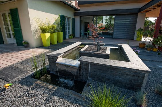 Pièce d'eau au centre du jardin et véritable tableau vivant depuis l'intérieur de la maison