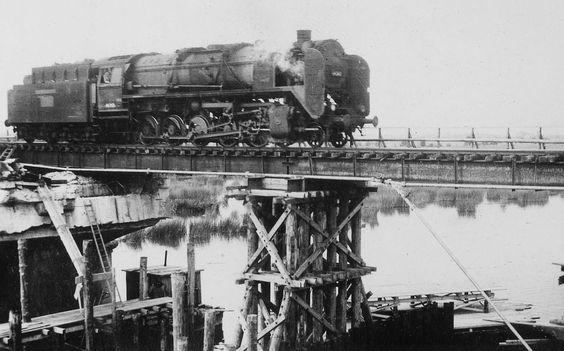 Belastungsprobe der Behelfskonstruktion der Eisenbahnbrücke Ladenburg mit einer Dampflokomotive. Aufnahme aus dem Jahr 1946.