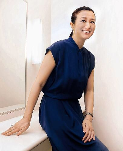 紺のドレスと鈴木京香