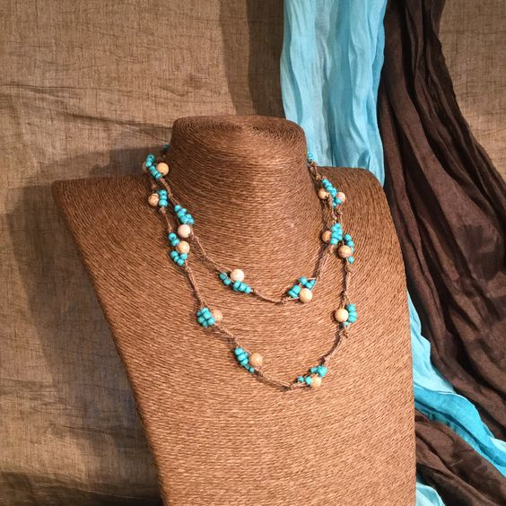 Collar de varias vueltas de hilo de cáñamo con cuentas color azul y madera. Multiple-strand necklace made of cord, decorated with blue and wooden beads. #AbaloriosAlcoba  #Moda #Abalorios #Fashion #Beads #MicroMacrame #Macrame  #Collar #Necklace #Hemp #Cáñamo