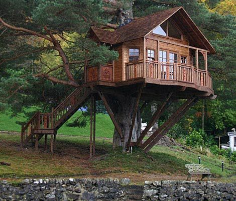 Derek Saunderson and his team at Amazon Treehouses fashioned the Lodge after an existing home on a plot in the Scottish Highlands.