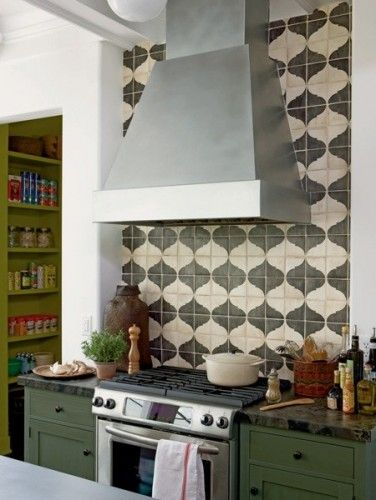 love the hood and that the tile goes all the way to the ceiling ...