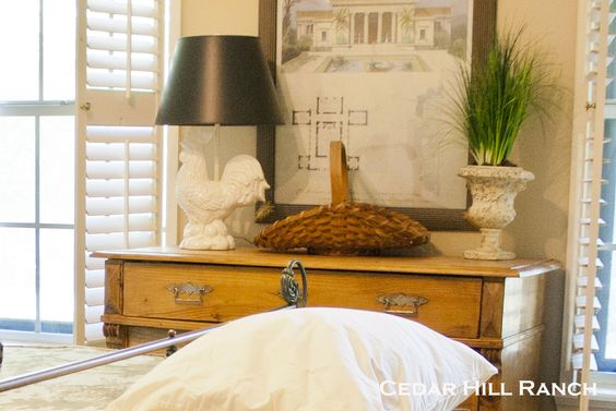 love the white rooster lamp, I want one