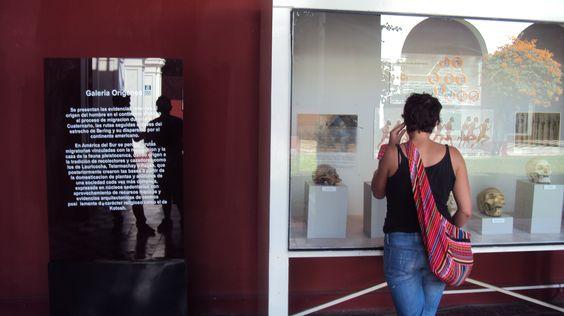 Turistas observando los objetos que forman parte de nuestra cultura.