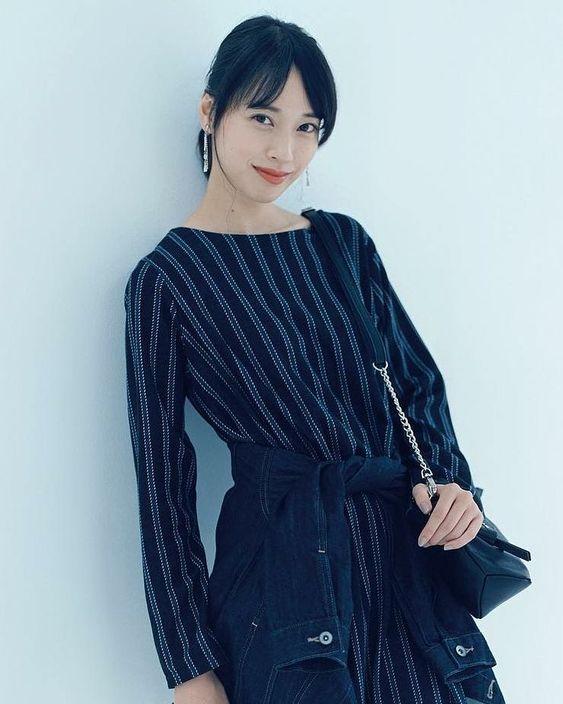 ネイビーの統一した服装がオシャレな戸田恵梨香さん!