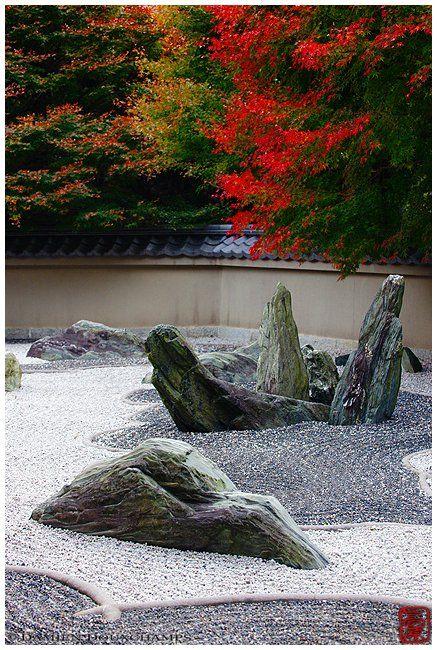 Erected stones in rock garden (Ryougin-an 龍吟庵)