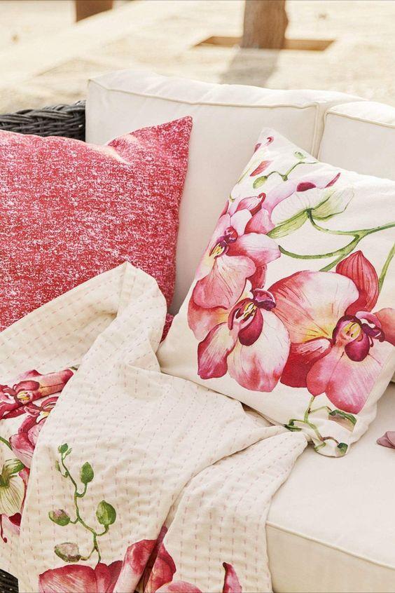 Loberon Kissen 2er Set Fenela Ein üppiger Orchideen-Druck und ein Uni-Bezug im reizenden Mix. Reine Baumwolle mit weicher Haptik. Für Schaukelstuhl, Bett oder Sofa eine wahre Zierde. Holen Sie sich einen Hauch Exotik und Tropen-Flair nach Hause und genießen Sie mit diesem opulenten Blüten-Print einen attraktiven Akzent. Entspannte Stunden werden mit dem gemütlichen Duo noch schöner. Mit einem Buch auf dem Balkon oder unter einem Baum auf weiche Kissen gebettet - genießen Sie den Tag gleich...