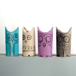 Owls made with tubes of toilet paper. (in Spanish, English, and German)  babysitting crafts!!