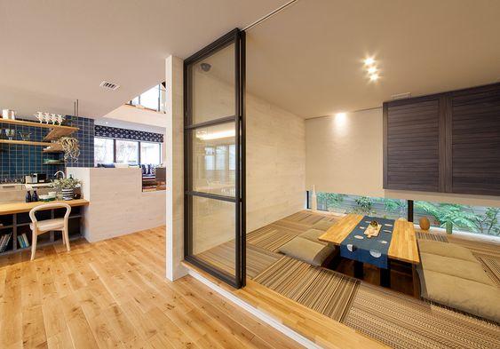 襖をガラス戸に変えて、デザイン性の高い畳を採用すると、和室も家全体のインテリアデザインに沿った空間にすることができますよ。 #和室 #インテリア #ガラス戸 #畳