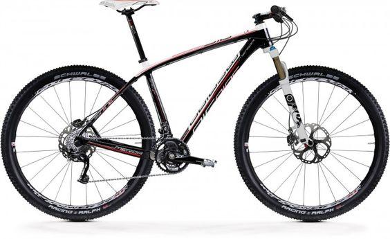 """Big.Nine Carbon 3000-D 2012: Un modelo y gama totalmente nuevo para el 2012. Utiliza la misma tecnología ganadora de Merida pero adaptada para una llanta de 29"""". Las Bicicletas de 29"""" han ganado terreno en el mercado de bicicletas de montaña, especialmente entre los corredores de distancia largas."""