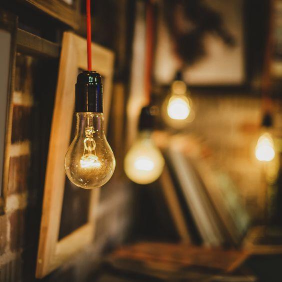 Ein Kabel, eine Fassung und eine Glühbirne – mehr braucht es nicht für eine stylishe Lichtquelle in den eigenen vier Wänden. Die Pendelleuchten im minimalistischen Look liegen aktuell voll im Trend. Kein Wunder, schliesslich sind sie nicht nur praktische Lichtspender, sondern auch tolle und sehr wandelbare Designobjekte.