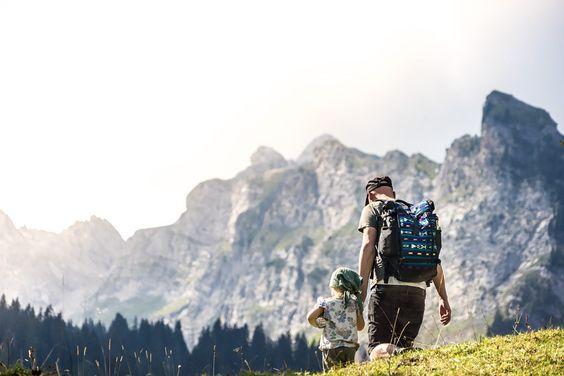 LIFEforFIVE-Wandern-mit-Kindern-Papa Daniel mit unserer Tochter beim Bergwandern