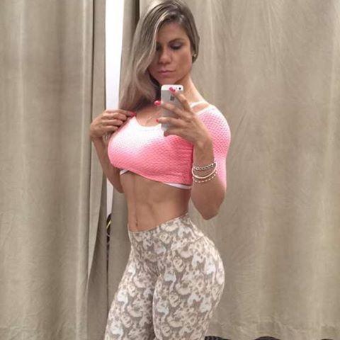 De ontem!!! Shape pós competição, tentando voltar o shape de antes, confesso que não está nada fácil  #gymlife#divafitnessmodel#musafitness#wbffdiva#wbff#snapsave ❤️