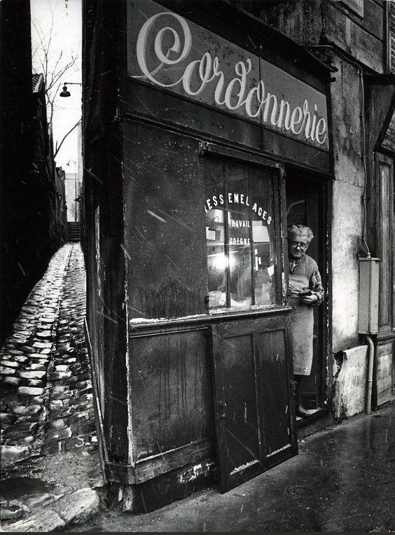 Le cordonnier de la rue Pixérécourt, en 1974. Une photo de © Robert Doisneau  (Paris 20ème)