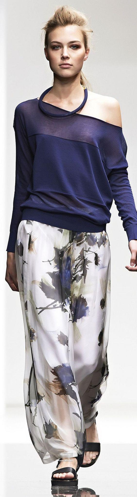 Восхитительно смотрятся широкие пижамные брюки с цветочным рисунком. Вообще одежда в пижамном стиле бывает однотонной или с яркими принтами: этническими, растительными или геометрическими.Found on pinterest.com: