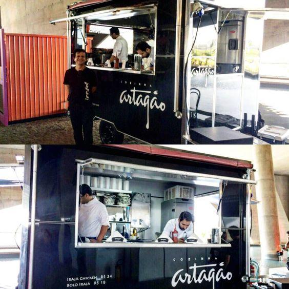 Mais um cliente satisfeito!!! O pessoal do Cozinha Artagão comprou nosso Food trailer 3x2 com capacidade para ate 4 pessoas trabalhando ao mesmo tempo com total infraestrutura e comodidade. Todo em ACM na cor preto brilhante com cantoneiras em alumínio. Ficou Show!!! Parabéns @cozinhaartagao @grupoiraja Desejamos mais sucesso nessa nova empreitada! #foodtrailer #foodtruck #comidaderua #cidadedasartes #foodtrailerecomoforasteiro #precosimbativeis #facaumorcamento #chegamosnorj…