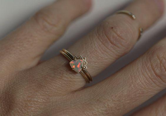 Schöne zierliche Opalring Hochzeit Hochzeit-Spitzenband Funktionen und Solitär Trauringe festgelegt Opal.  IF SIE möchten A CUSTOM Ring bitte kontaktieren Sie uns vor dem Kauf. Andere Steine verfügbar: diamond, Ruby, Blauer Saphir, grüner Saphir, Aquamarin, Amethyst, Smaragd...  Produktdetails:  #Main Stein: multicolor Opal Gewicht: 5mm Form: Billion Behandlung: keine 14 k solid gold  Größen: 3,5-8 (größere und kleinere Größen sind verfügbar. Preis auf Anfrage) erforderlich, bitte Hinweis…