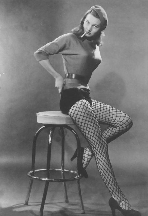 June McCall in Silk Stockings (1957) Quando a moda da Meia Arrastão voltou e com uma conotação mais positiva, eu gostei. Mesmo assim, ainda acho que tem que saber usar!
