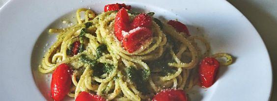 Spaghetti al pesto ligure con pomodorini sono un piatto semplice e facile da realizzare. Gli #spaghetti sono conditi in padella con #pesto di #basilico e #pomodorini #datterini e insaporiti con una spolverizzata di #formaggio #grana.