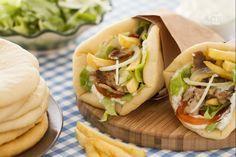 Il gyros è un cibo da strada greco, simile al kebab: una pita farcita con tzatziki, carne di maiale, verdure e patatine fritte.
