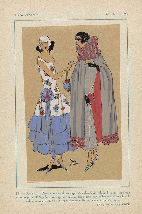 Anonymous | Très Parisien, 1923, No 11: 15. - AU BAL. -  Cette robe de velours..., Anonymous, Fraudet, G-P. Joumard, 1923 | Baljurk van bedrukt fluweel met volants van effen blauw fluweel. Cape van zilvergrijs fluweel, bij de grote kraag en aan de onderzijde van de cape twee tinten fluweel. Fluweel van Fraudet. Accessoires: hoofdband, bloemcorsage, avondtasje, handschoenen, pumps. Prent uit het modetijdschrift Très Parisien (1920-1936).