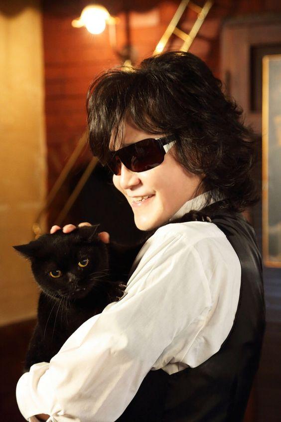 黒猫を抱くtoshi