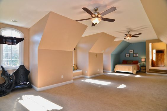 Bonus room/ play room with guest bed