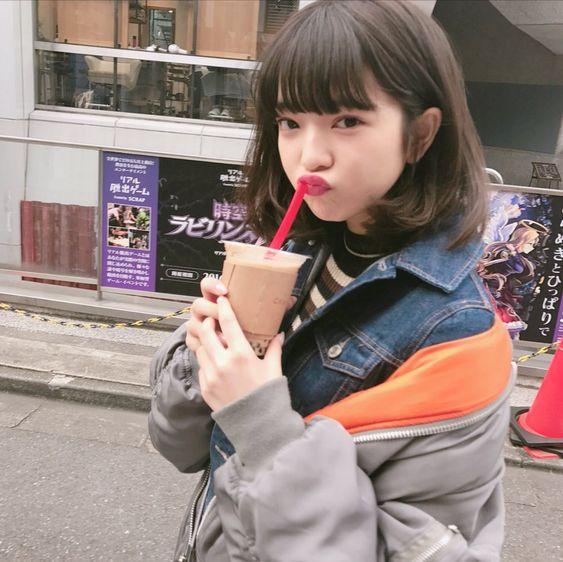 飲み物を飲む可愛らしい田中芽衣