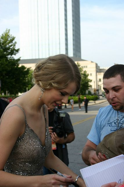 Taylor Swift enjoyed crossing the street from the red carpet to sign autographs, pose for pictures and just to talk with and listen to the fans.    Photo:  David G. Mills / FrontRowNews.com