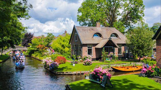 Giethoorn, Hollanda'nın Overijssel eyaletinde küçücük bir köy. Bu köyün ilginç bir özelliği var: Araba yok, toplu taşıma yok çünkü yol yok. Ulaşım ise kanallar vasıtasıyla sağlanıyor.