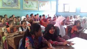 Minim Sarana Prasarana Siswa Bedesakan Dalam Satu Ruang Kelas
