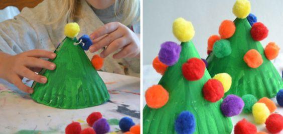 Mini rbol de navidad con platos desechables y pompones - Manualidades con pompones ...