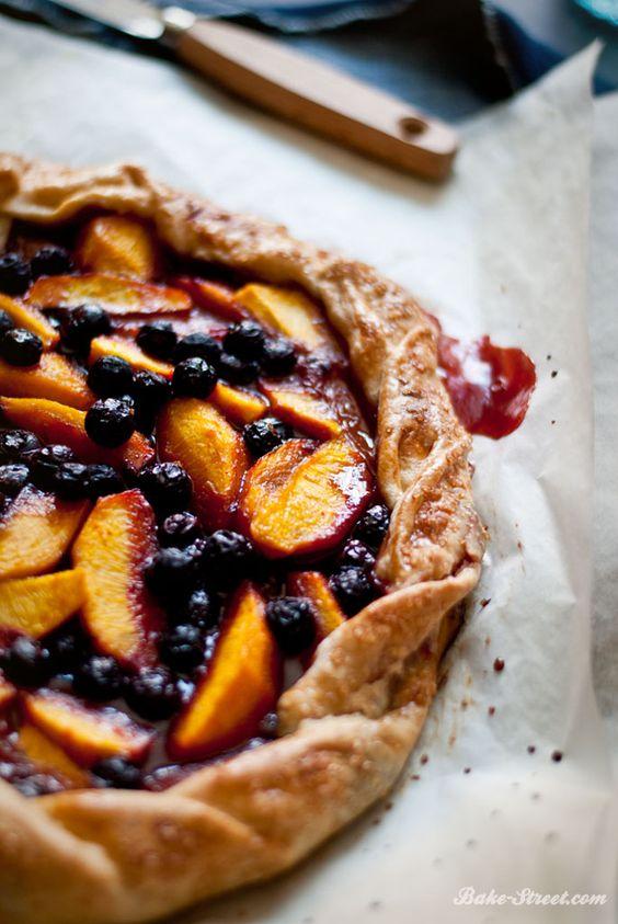 Peach, blueberries and blackberries saffron galette - Galette de melocotón, arándanos y moras al azafrán