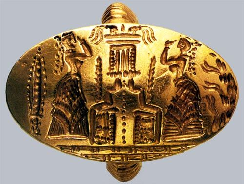 Minoan ring in gold, showing worshippers.