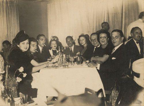 Caymmi, ao centro, e amigos como Jorge Amado, Samuel Wainer e sua esposa, Bluma, no Cassino da Urca, no Rio de Janeiro.