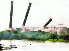 Schornstein-Sprengung im Herbst 2001