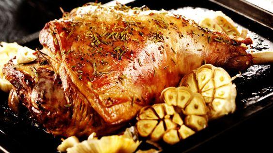 Festtagsbraten aus dem Backofen: Zarte Lammkeule mit Zwiebeln