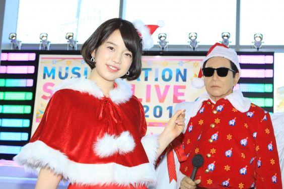 サンタのコスプレの弘中綾香アナ