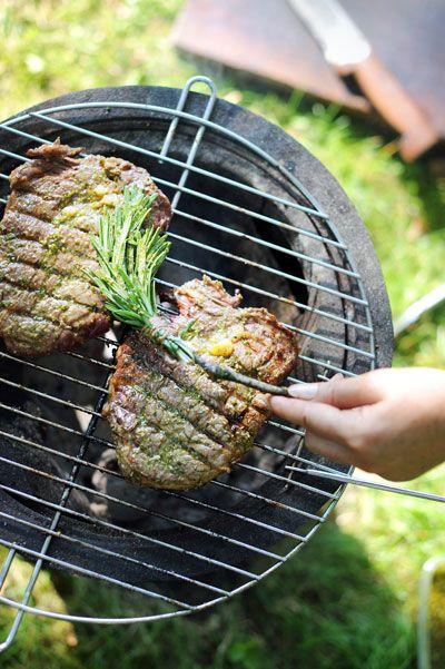 網の上でお肉を焼く画像